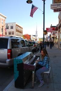 Pianos et guitares en libre service dans la rue principale