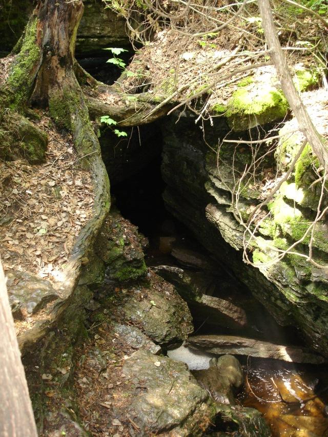 L'entrée de la grotte, réservée aux membres de la société de spéléologie du Québec - et aux visiteurs autorisés.